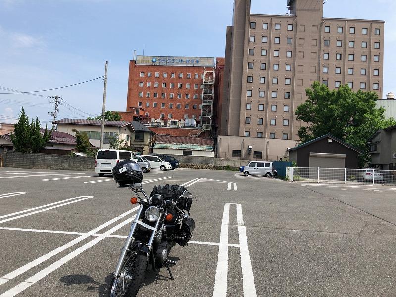 駐車場に停めたバイク