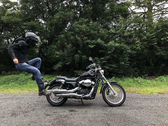 バイクに飛び乗る男