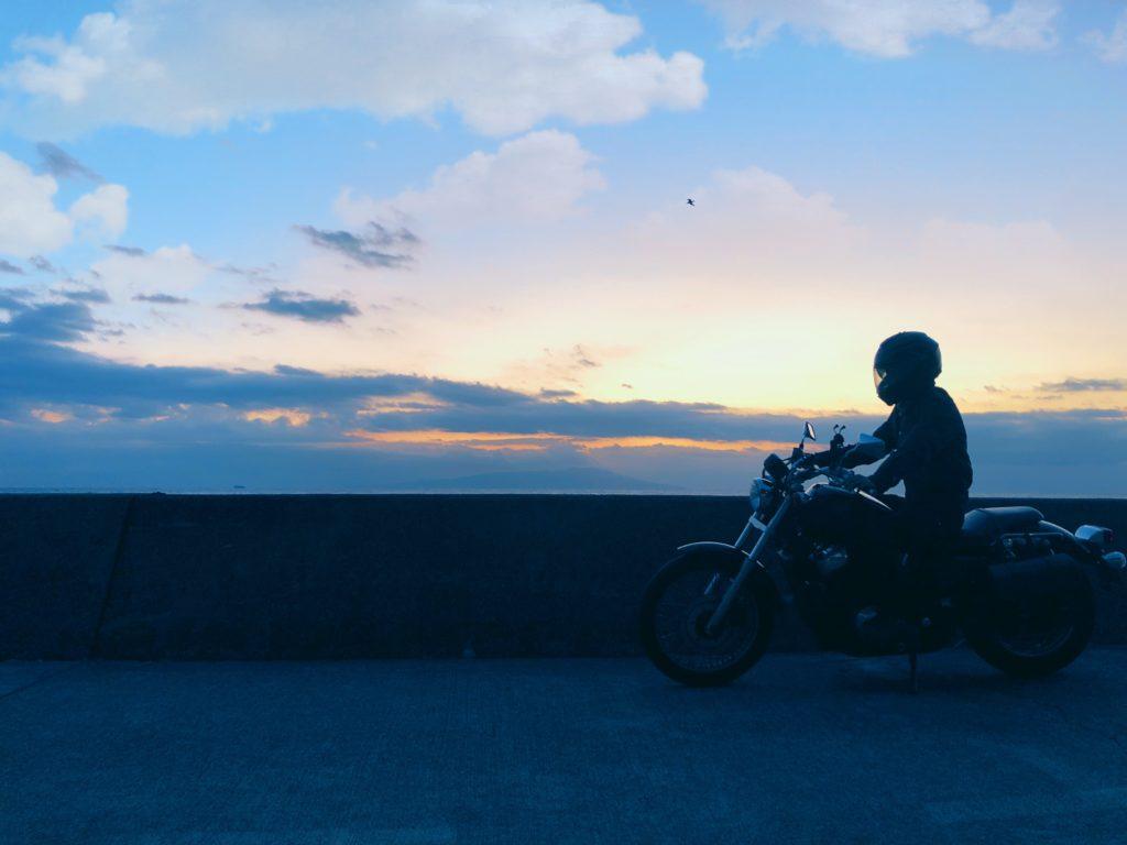音楽を聴きながらバイクで走る