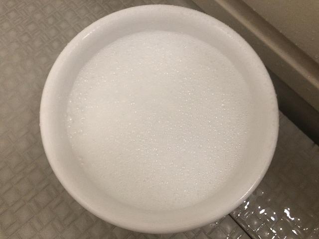 シャンプーを入れた洗面器