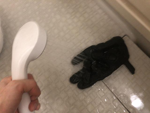シャワーでバイクグローブをすすぐ
